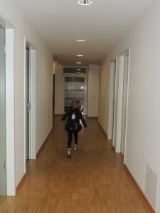 хождение по коридору с рюкзаком на спине - раньше этого не могла